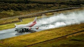 Rossiya-Fluglinienflugzeug, Boeing 747-400, entfernen sich in Phuket a Stockbilder