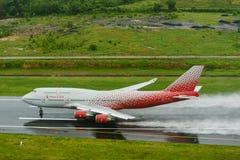 Rossiya-Fluglinienflugzeug, Boeing 747-400, entfernen sich in Phuket a Stockfoto