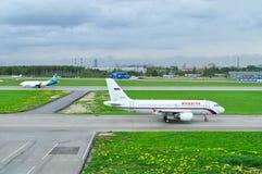 Rossiya flygbolagflygbuss A319-112 och Ukraine International Airlines Boeing 737-500 flygplan i Pulkovo den internationella flygp Arkivbilder
