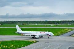Rossiya linii lotniczych Aerobus A320-214 samolot w Pulkovo lotnisku międzynarodowym w Petersburg, Rosja Obrazy Stock