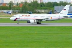 Rossiya linii lotniczych Aerobus A320-214 samolot w Pulkovo lotnisku międzynarodowym w Petersburg, Rosja Obraz Stock