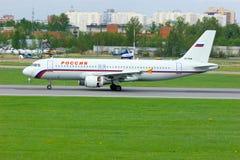 Rossiya linii lotniczych Aerobus A320-214 samolot w Pulkovo lotnisku międzynarodowym w Petersburg, Rosja Zdjęcie Stock