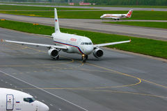 Rossiya Wietrzący Firma Aerobus A320-214 i Rusline linii lotniczych bombardiera Canadair regionalność Tryskamy CRJ-200 samoloty w Obrazy Royalty Free