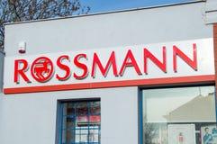 Rossmann logo och tecken på skönhetsmedellagret Arkivbild