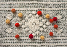 Rosso, arancia e giallo lavori all'uncinetto le perle Immagine Stock