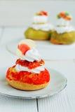 Rosso del dolce di Chou sul piatto Fotografie Stock