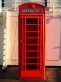 Rosso della cabina telefonica Fotografia Stock