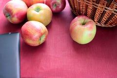 Rosso di Apple sul canestro rosa del fondo Fotografie Stock Libere da Diritti