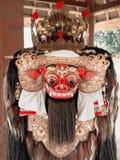 Rosso di balinese e maschera culturali indù dell'oro fotografia stock
