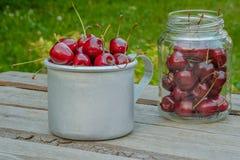 Rosso di Cherry Ripe Vecchi piatti Sullo sfondo naturale Immagini Stock Libere da Diritti