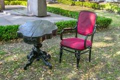 Rosso di legno nero antico d'annata vuoto del velluto dell'oggetto d'antiquariato e della tavola fotografie stock