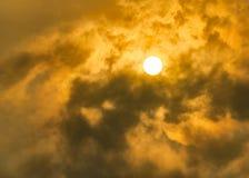 Rosso di lustro di Sun sul cielo nuvoloso fotografie stock libere da diritti
