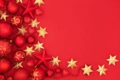 Rosso di Natale e decorazioni della bagattella dell'oro Fotografia Stock Libera da Diritti
