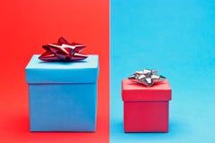 Rosso e blu presenti Immagine Stock