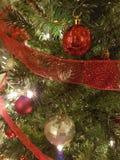 Rosso e decorazione dell'albero della palla di Natale dell'oro Immagini Stock Libere da Diritti