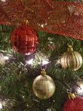 Rosso e decorazioni della palla di Natale dell'oro Fotografie Stock Libere da Diritti