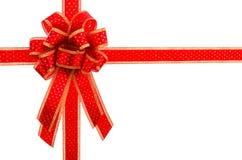 Rosso ed arco e nastro del regalo dell'oro Fotografie Stock