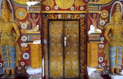 Rosso ed entrata dell'oro al tempio buddista, provincia centrale, Sri Lanka Fotografia Stock Libera da Diritti