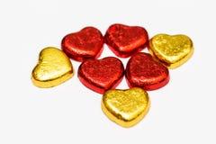 Rosso ed isolato della caramella di cioccolato del cuore dell'oro su fondo bianco Immagine Stock Libera da Diritti