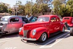 Rosso Ford Deluxe Opera Coupe 1940 immagine stock