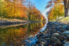 Rosso giallo della pietra del fiume dell'acero fotografia stock libera da diritti