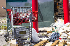 Rosso & Grey Shopping Baskets In Rear con rifiuti Fotografia Stock Libera da Diritti