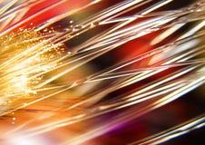 Rosso, luci gialle e raggi sui precedenti neri, sul fondo strutturato di illuminazione, sulla struttura astratta e sul modello Fotografia Stock