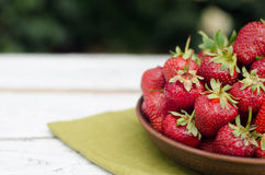 Rosso maturo delle fragole sulla tavola di legno Fotografia Stock