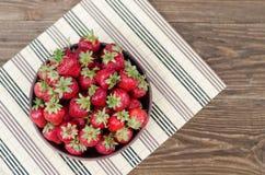 Rosso maturo delle fragole sulla tavola di legno Fotografia Stock Libera da Diritti