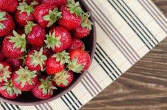 Rosso maturo delle fragole sulla tavola di legno Fotografie Stock