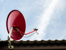 Rosso satellite sul tetto Immagine Stock Libera da Diritti
