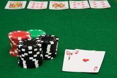 Rossoreare reale sulla tabella della mazza e sui chip di gioco Immagini Stock