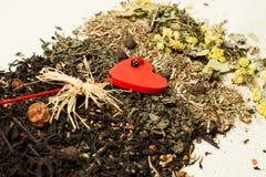 Rossypan herbata z czerwonymi sercami Zdjęcia Stock