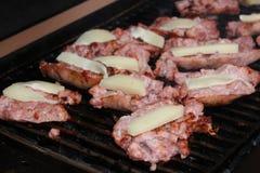 Rost hecho frente y de los chees de los saussages de la barbacoa Fotografía de archivo