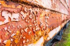 Rost och flagnande målarfärg på den övergav tainbilen Royaltyfri Foto