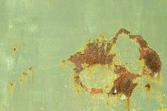 Rost på riden ut gräsplan målad metall royaltyfria foton