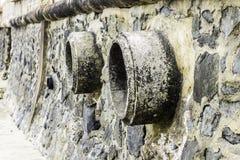 Rost und Korrosion in der Rohr- und Metallhaut Korrosion des Metalls Rost von Metallen Abflussrohr-Wasserverschmutzung im Fluss w Lizenzfreies Stockfoto