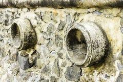 Rost und Korrosion in der Rohr- und Metallhaut Korrosion des Metalls Rost von Metallen Abflussrohr-Wasserverschmutzung im Fluss w Stockfoto