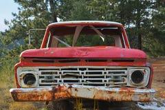 Rosta den röda och vita pickupet Fotografering för Bildbyråer