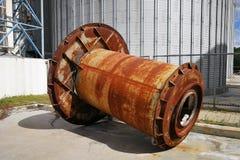 Rosta den stora maskindelen som utomhus förläggas i ett fabriksområde Royaltyfri Bild