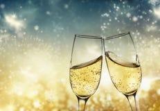 rosta med champagneexponeringsglas mot ferieljus och nytt y royaltyfria foton