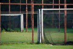 Rosta stål som är netto med suddighetsfotbollfältet fotografering för bildbyråer