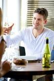 rosta wine för glass man royaltyfri bild
