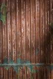 Rostad järnvägg med brun målarfärg Royaltyfria Foton