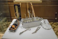 Rostad plattångsax och andra forntida medicinska instrument Royaltyfria Foton