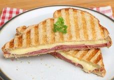 Rostad smörgås med Pastrami & ost arkivbild