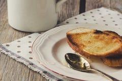 Rostade bröd med honung på den vita plattan Royaltyfria Foton