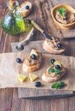 Rostade bröd med pate för feg lever royaltyfria bilder