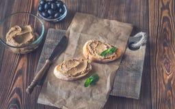 Rostade bröd med pate för feg lever arkivbilder