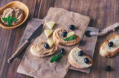 Rostade bröd med pate för feg lever royaltyfri fotografi